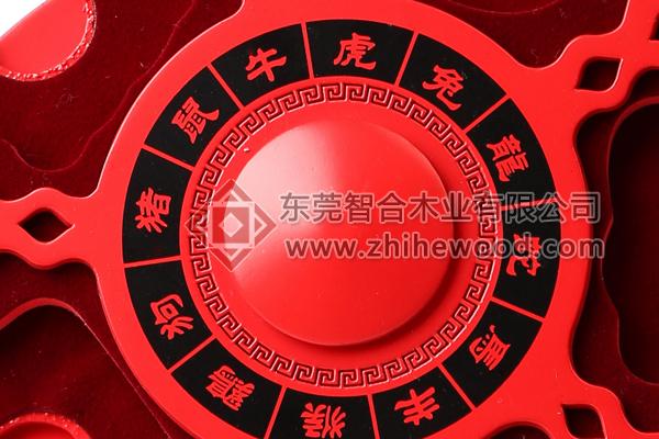 产品规格: 材质:进口中纤板 产品描述:此款定制收藏包装盒采用进口的中纤板加工制作而成,工艺复杂,为一个圆形的展示板。产品喷环保无味无毒的NC漆,中国红色的效果。表面雕刻镂空图案及宣传logo,中间丝印黑色logo,雕刻与丝印的结合,红色与黑色搭配,时尚又经典。产品背面有一个活动的支撑架,便于支撑产品,运输时可以取下,便于包装。