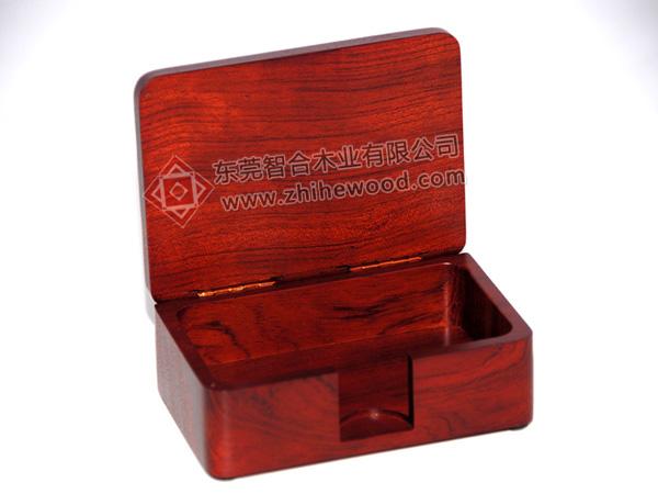 产品规格:110*72*37mm 材质:非洲花梨木 产品描述:此款红木名片盒采用进口的非洲花梨木加工制作而成,板材裁板后达到很好的拼接,红木名片盒为红木标准色的NC漆面。木盒下盒身的前侧边居中位置开槽,能很好的打开的产品并且方便把内置的名片拿出来。可放在办公室使用,也可以做中档礼赠品送人.